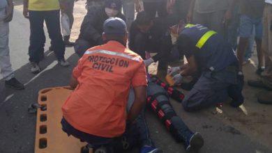 Photo of Dos jóvenes resultaron heridos tras ser embestidos por un camión